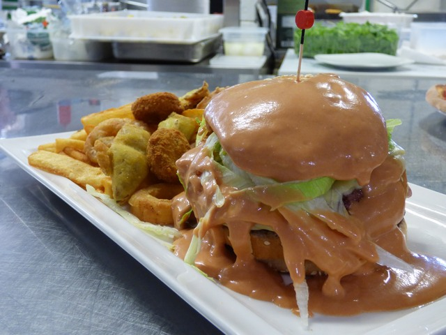 Hamburger Classico ricoperto di salsa rosa